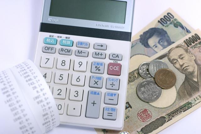 経理業務に関連のある、電卓、お金