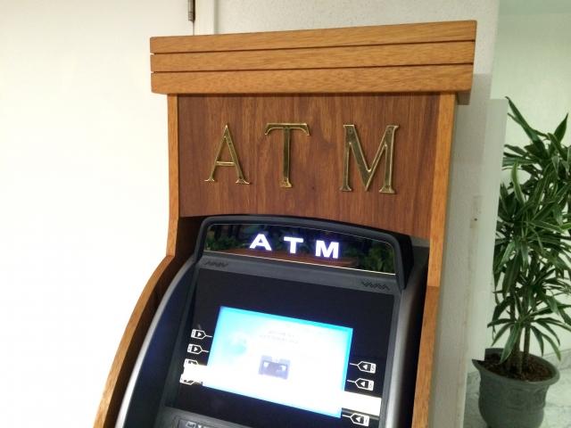 銀行に預金するためのATM
