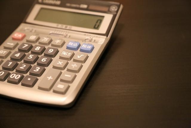 記帳代行で使う電卓とデスク